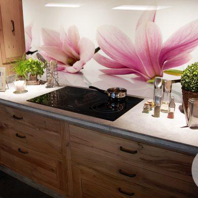 kwiaty w kuchni na szkle